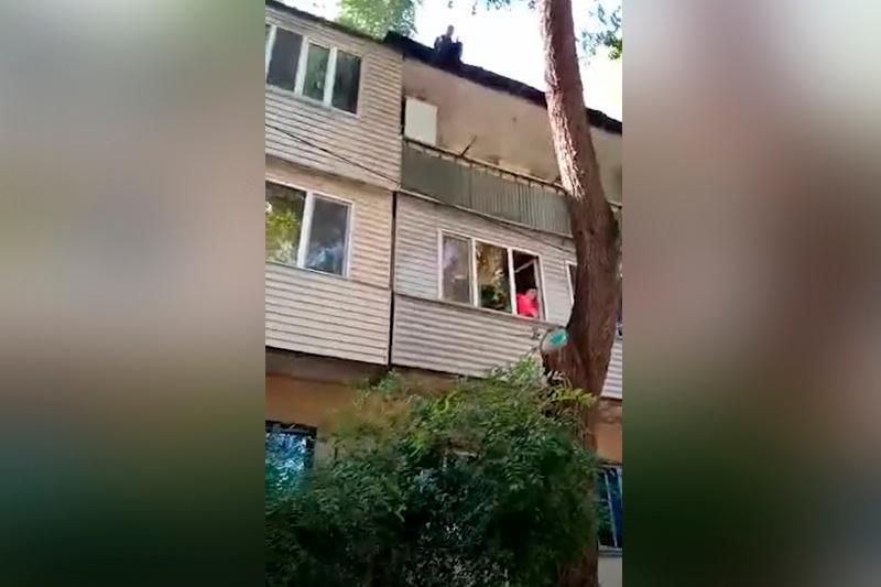 Мужчину спасли от прыжка с крыши в Алматы
