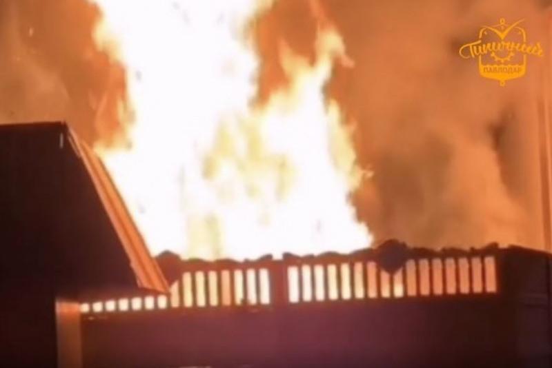 В Павлодаре произошёл пожар возле ночного клуба
