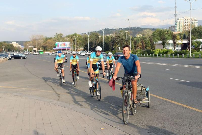 Велосипедист из Франциипреодолел 9тысяч километров и финишировал в Алматы