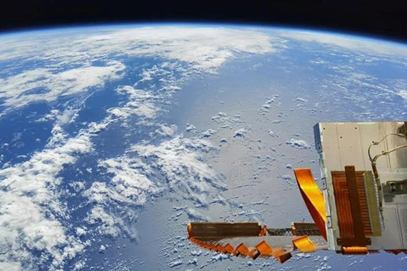 Хитойнинг «Шэньчжоу -12» космик кемасининг капсуласи  учта астронавт билан  ерга қўнди