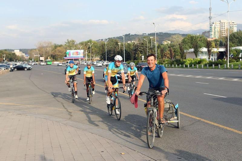 9 myń shaqyrym júrgen frantsýz velosaıahatshysy saparyn Almatyda aıaqtady