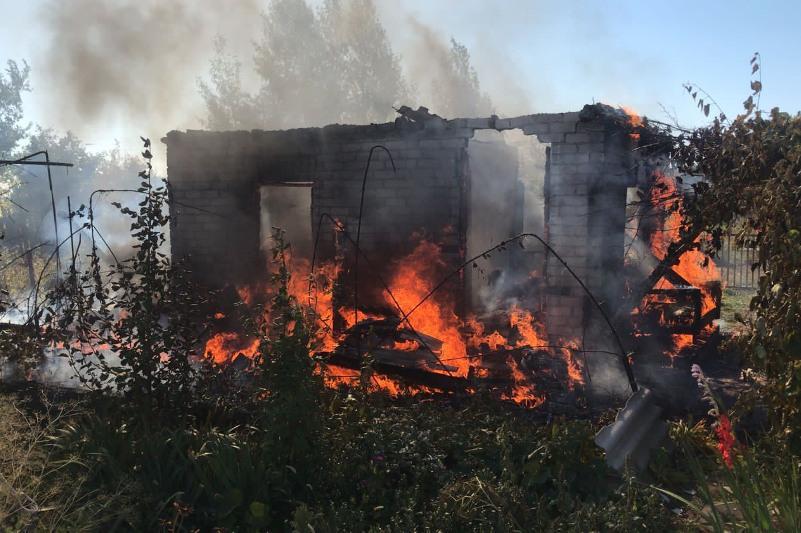 Газовые баллоны вынесли из горящего дома пожарные в Павлодаре