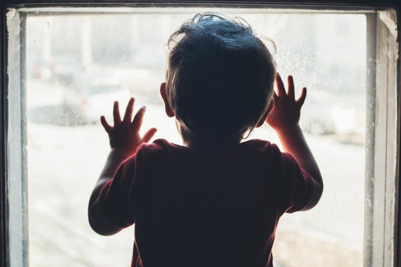 Полуторагодовалый ребёнок выпал из окна третьего этажа в Жанаозене