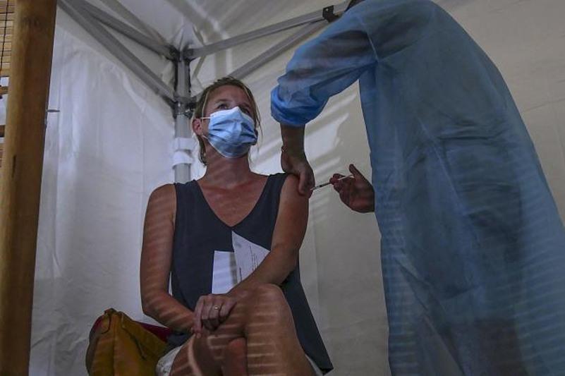 Францияда вакцина салдырмаған үш мың медицина қызметкері жұмыссыз қалды