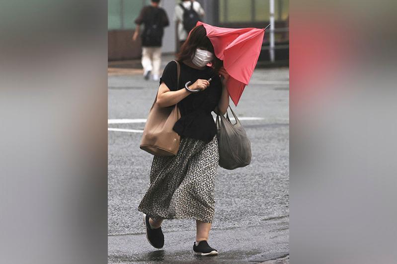 Typhoon Chanthu traverses west Japan, at least 5 injured