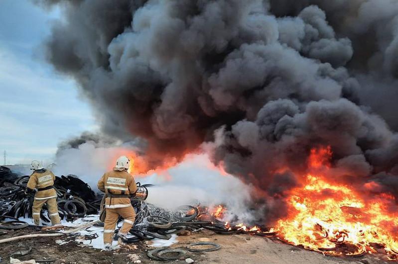 Черный дым накрыл Актау из-за пожара на свалке покрышек