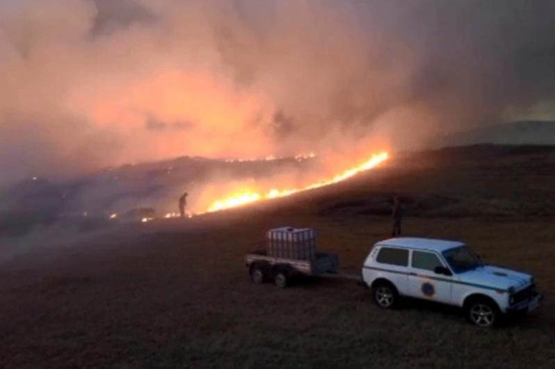 Три человека пострадали при тушении степного пожара в Карагандинской области