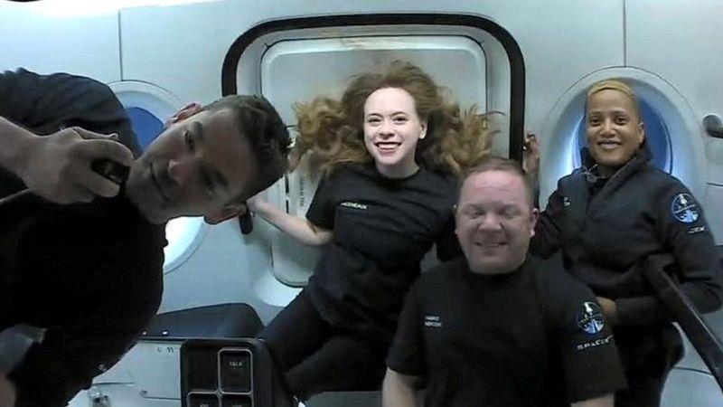 Тўртта сайёҳдан иборатSpaceXкосмик кемаси Атлантика океанига қўнди