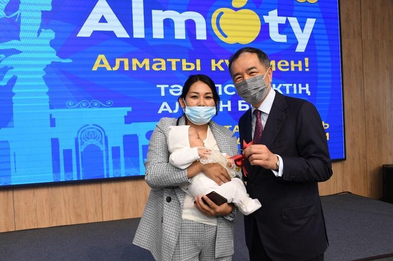 Almatynyń eki mıllıonynshy turǵyny Aıala Jambyldyń otbasy baspanaly boldy