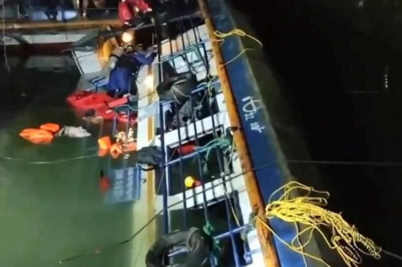 Восемь человек погибли, семеро пропали после опрокидывания судна в Китае