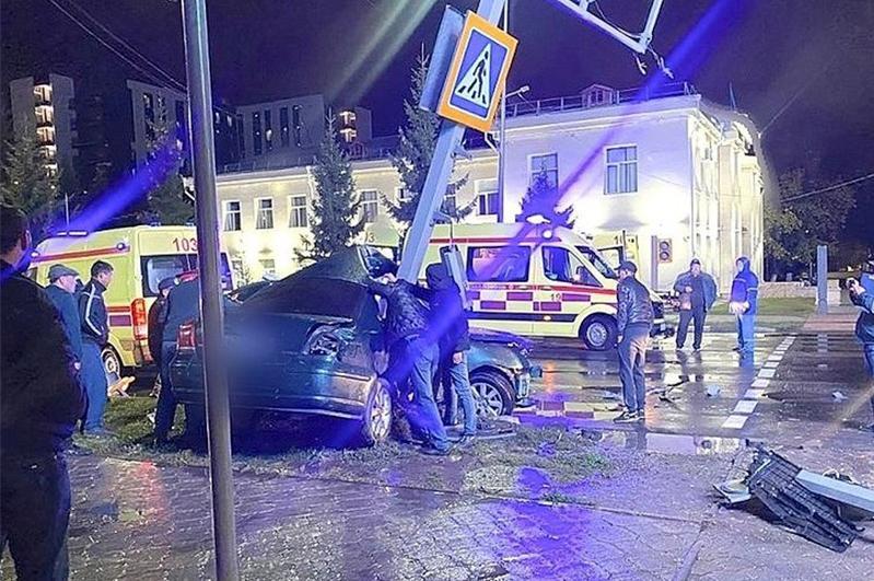 В Петропавловске автомобиль врезался в светофор, погиб пассажир