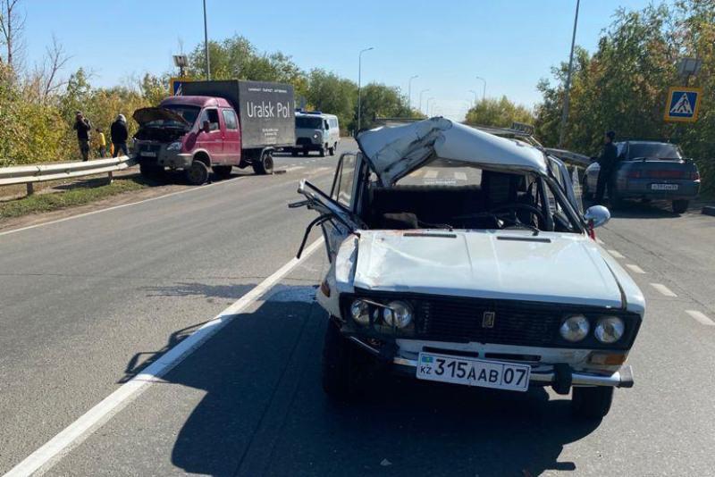 Попавших в аварию трех пожилых женщин спасли гвардейцы в Уральске