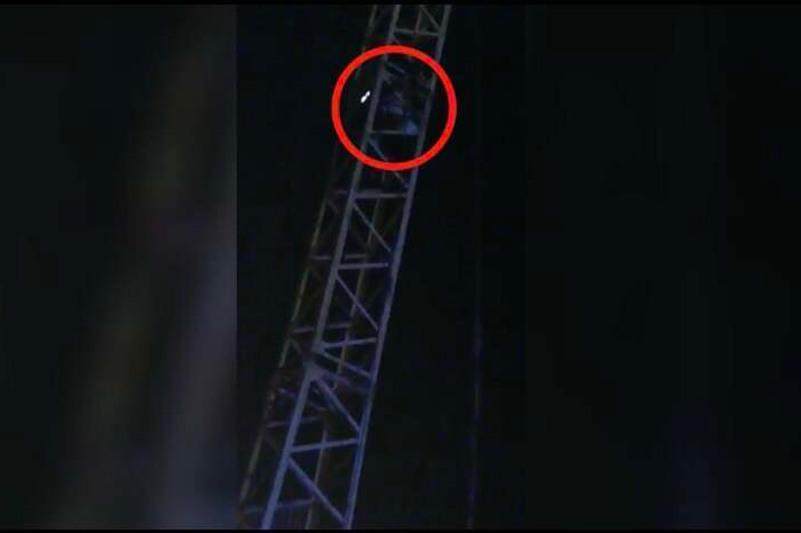 Полицейский спас женщину от прыжка с крана в Таразе