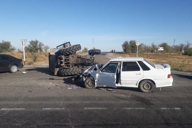 Ақтөбеде трактор аударылып қалды