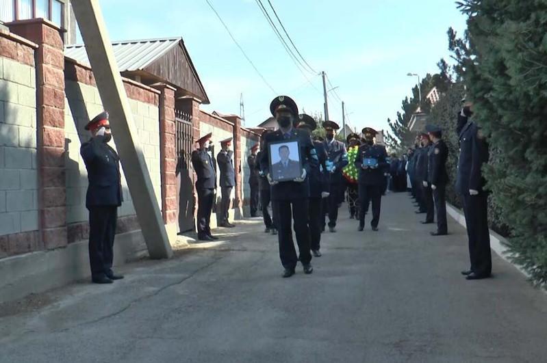 Погибших на службе алматинских полицейских проводили в последний путь