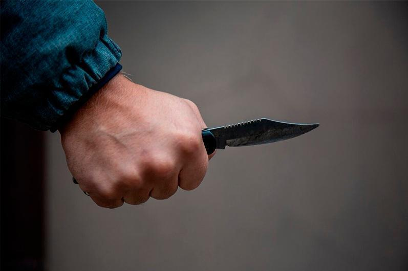 Мужчина, угрожая ножом, ограбил двух подростков в Талдыкоргане
