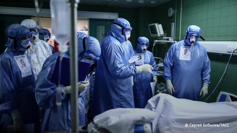 Плато заболеваемости COVID-19 в России ожидается в декабре - эксперт