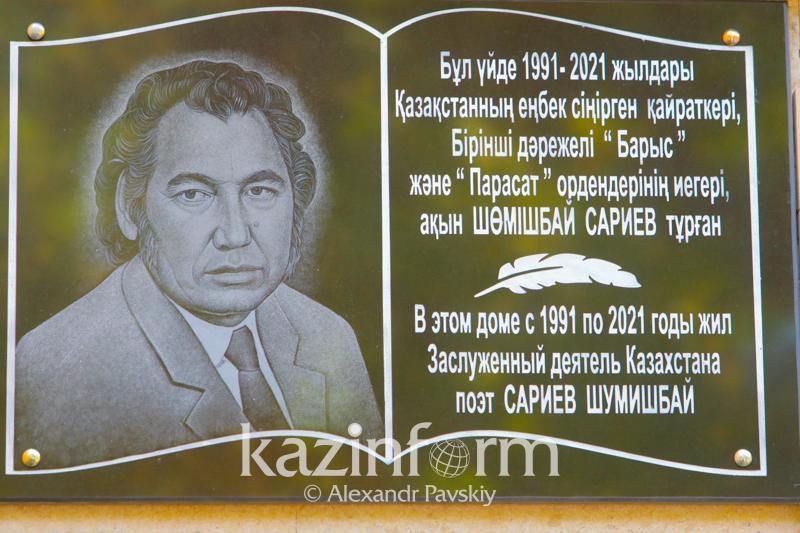 Almatyda Shómishbaı Sarıevke memorıaldy taqta ornatyldy