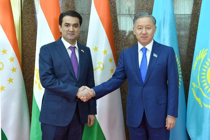 马吉利斯议长会见塔吉克斯坦议会上院议长