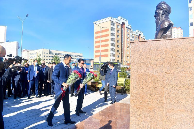 著名塔吉克诗人鲁达基半身像在努尔苏丹揭幕