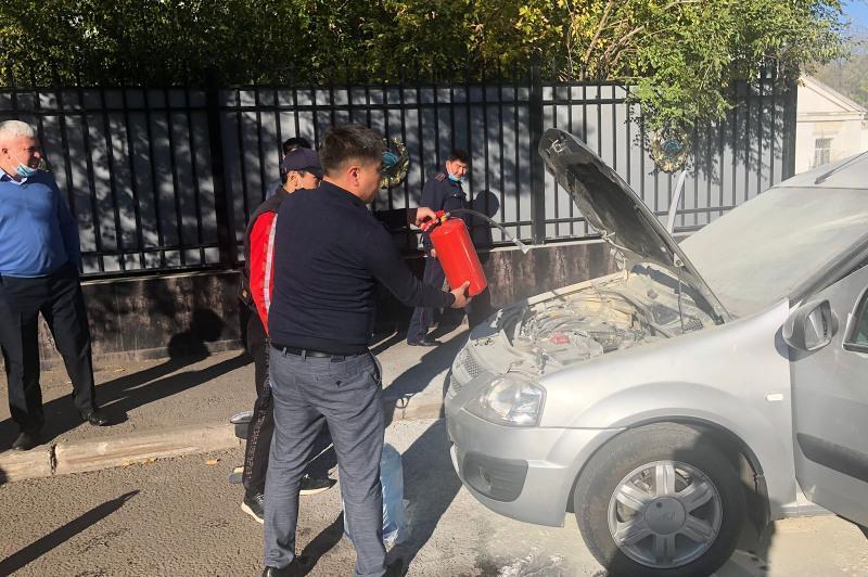 Транспортные полицейские помогли потушить загоревшийся автомобиль в Нур-Султане