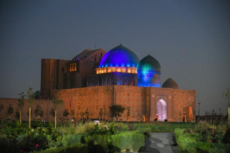 Туркестан: Засверкали ночные фонари мавзолея Х.А.Ясауи