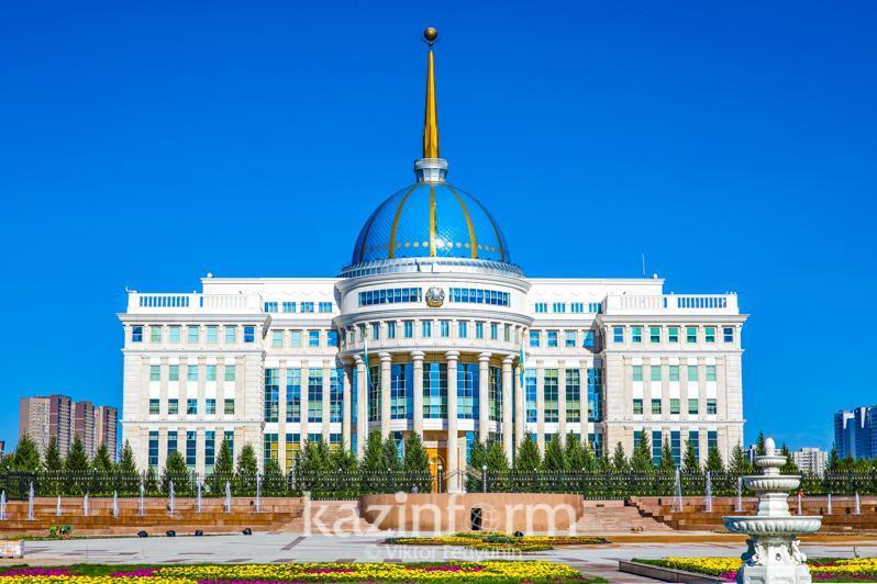 Президент РК наградил погибших при стрельбе в Алматы полицейских и судисполнителя