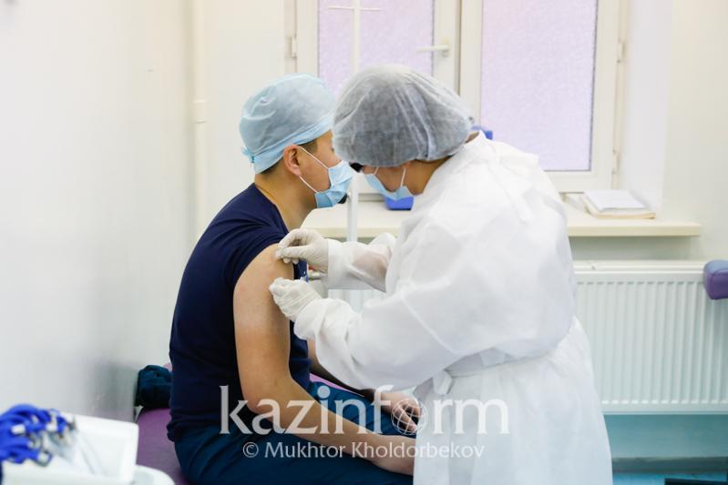 Жителям Атырау предложили вакцинироваться от КВИ на площади