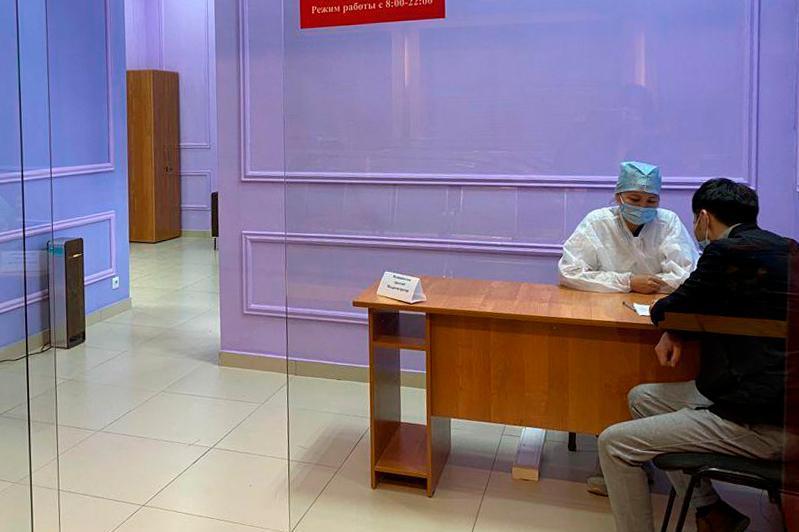 Nur-Sultan áýejaıynda jáne vokzalynda vaktsınatsııa pýnktileri ashyldy