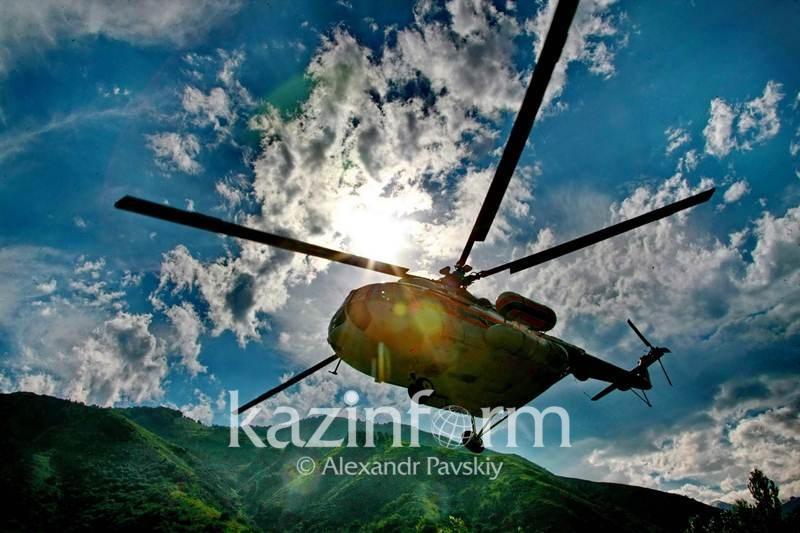 Лесной пожар в горах Алматинской области продолжают тушить с вертолета