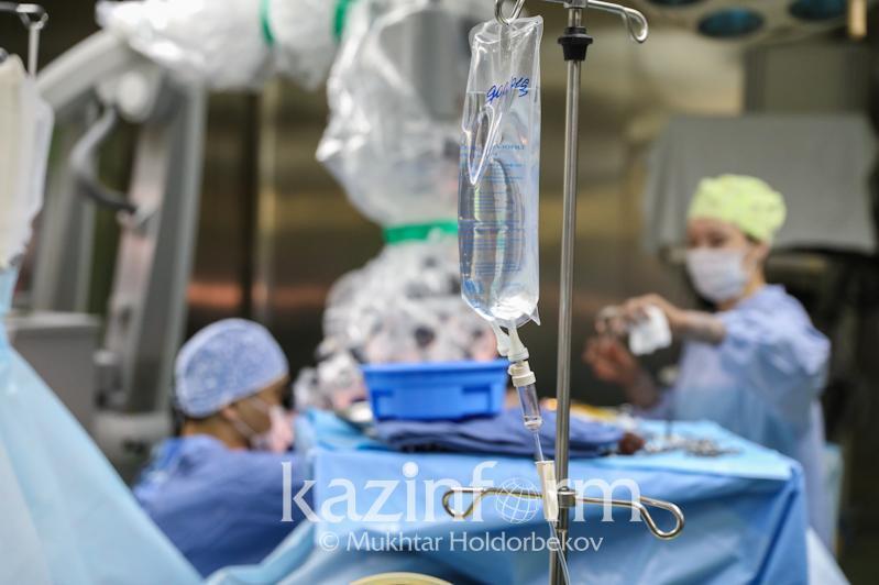 Врачи спасли жизнь пациентке с коронавирусом и перитонитом в Алматы