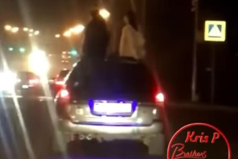 Девушки ехали на крыше авто в Алматы: водителя накажут