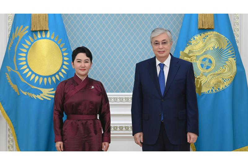 托卡耶夫总统会见蒙古国外交部长巴特策策格