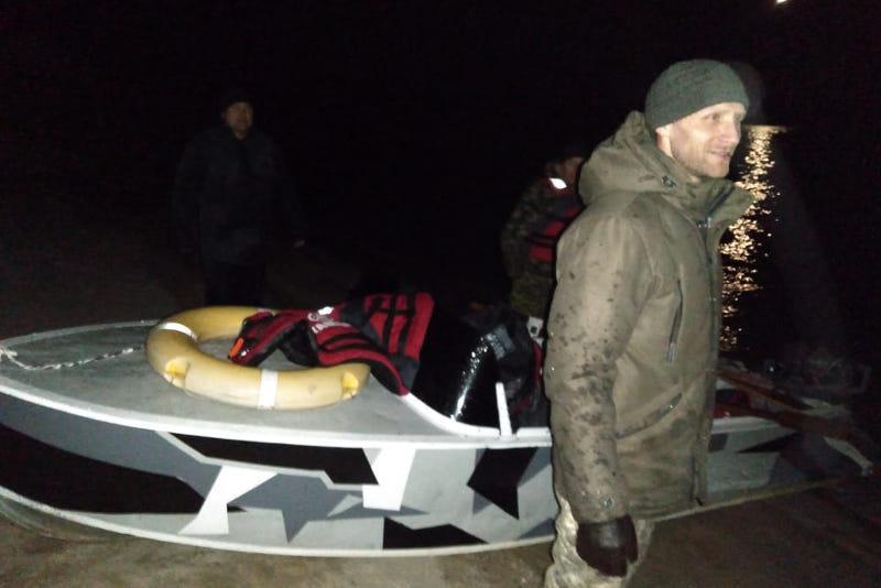 Спасатели отбуксировали лодку с тремя пассажирами на берег Иртыша в ВКО