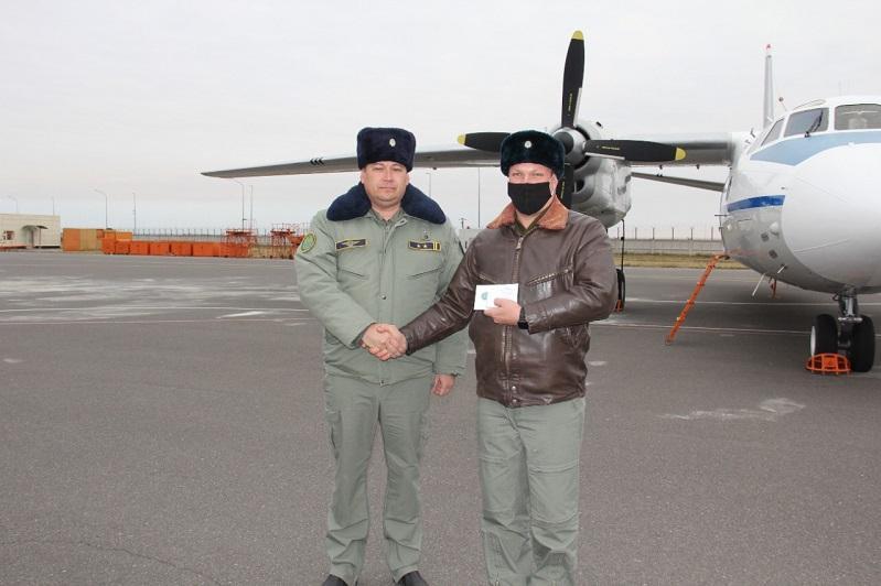 Спасшего жизнь пассажирке самолета майора Нацгвардии наградили в Нур-Султане