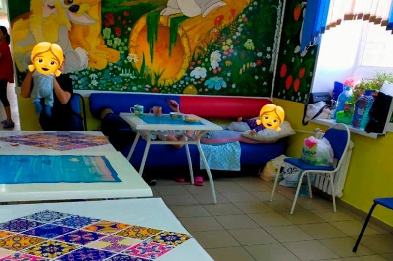 В Актобе ребенок с пневмонией ночевал на стульях в коридоре больницы