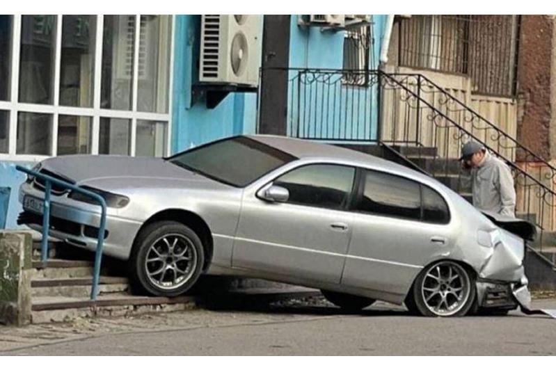 В Павлодаре автомашину от удара откинуло на крыльцо магазина