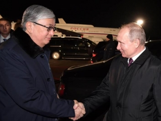 Vladimir Putin came to Omsk airport to see Kazakh President off