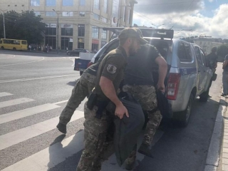 Armed man threatening to blow up bus with hostages in Ukraine