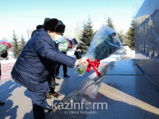Secretary of State lays flowers to Zhambyl Zhabayev monument in Nur-Sultan