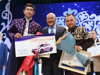 Автомобиль на айтысе акынов выиграл поэт в Туркестанской области